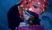 मुस्लिम लड़की संडास के अंदर हिजाब खोल के लंड चूस रही है