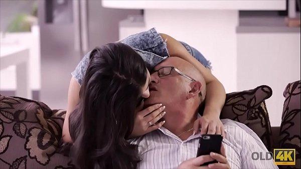 ठरकी दादा ने जवान पोती को मजे से चोदा - इन्सेस्ट सेक्स