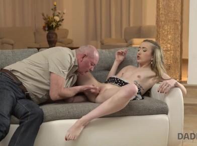 बूढ़े पिता ने बेटे की नयी गर्लफ्रेंड को सोफ़ा पर चोदा