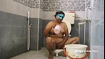 मग में पानी भर कर बाथरूम में नहाती इंडियन आंटी