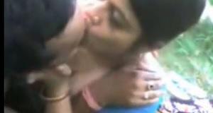 आंध्र प्रदेश की हॉट आंटी को पार्क में चद्दर पर लिटा कर चोद डाला - हॉट बीएफ