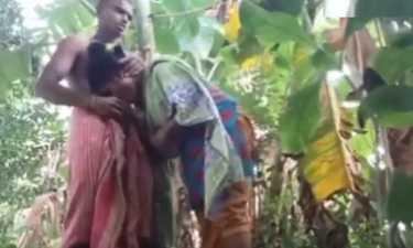 केले के खेत में आदिवासी कपल की चोदा चोदी वीडियो