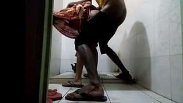 संडास में लंड लेती हुई साडी कामवाली का देसी पोर्न क्लिप