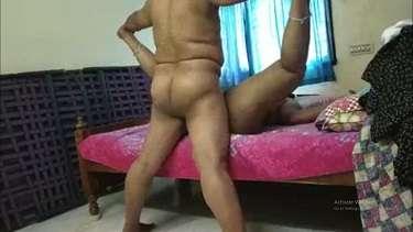 मोटी बीवी की टाँगे हवा में फैलाकर चुदाई करता पति