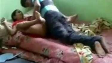 कामवाली बाई की बुर मालिक ने बिस्तर पर बजाई