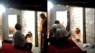 75 साल के बूढ़े अंकल ताराचंद ने पड़ोसन आंटी को चोदा. आंटी को पैसों की जरूरत थी तो उसने ताराचंद से चुदवा लिया, सेक्स मूवी देखें.