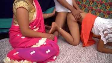 देसी भाभी ने अपनी ननंद को बहका के बॉयफ्रेंड के लंड से उसकी चुदाई करवाई. देखें जवान लड़की की चुदाई का हिंदी थ्रीसम वीडियो.