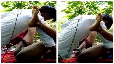 देहाती प्रेमी जोड़े की जंगल झाड़ियों में मस्त चोदाचोदी