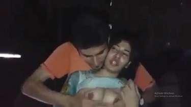 रात में गर्लफ्रेंड के बूब्स दबाने और चूसने के लिए उतारू हुआ लड़का