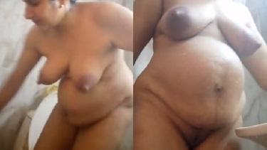 बाथरूम में नंगी नहाती हुई सेक्सी पंजाबी आंटी की वीडियो. चूत और चूची दिखा के पंजाबी में बात करते हुए नहा रही हैं आंटी.