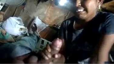 सेक्सी तेलुगु भाभी ने बेंक से लोन लेने के लिए सर्वे के लिए आये आदमी का मोटा लंड चूसा. देखें तेलुगु ऑडीओ के सार्ट लंड चुसाई का वीडियो.