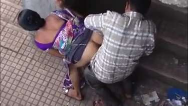 स्टेशन पर रंडी से सौदा कर बाजू वाली बिल्डिंग की सीढ़ियों पर चुदाई करते आदमी को फिल्माया