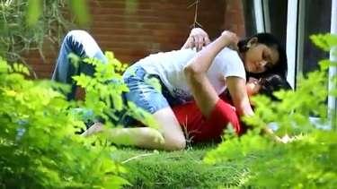 पार्क में रोमांस करते लवर्स को सिक्योरिटी गार्ड ने भगाया