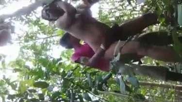जंगल में देहाती लड़की खुद सारे कपड़े उतारकर प्रेमी से चुदी